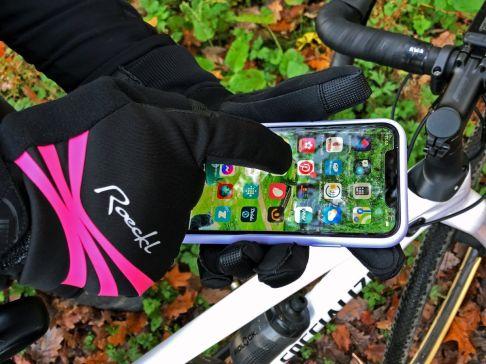 Umgewöhnung...statt wie hier mit dem Zeigefinger ist das Smartphone mit dem Ringfinger zu bedienen.