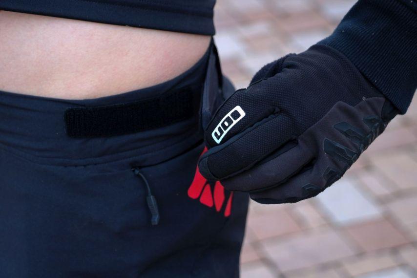 trailx Hosen können mit einem einfachen Klett-Verschluß weiter oder enger gestellt werden