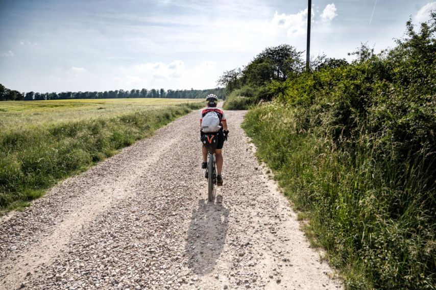 Sonne, Biken, durchbeißen. Das ist Taunus Bikepacking. - Foto by Nils Laenger