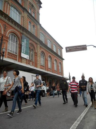 Público em direção ao show do Criolo