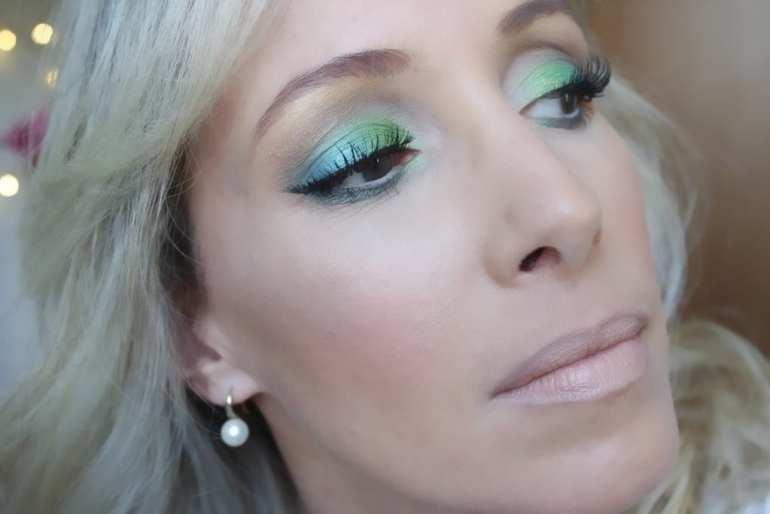 moça loira maquiagem azul e verde