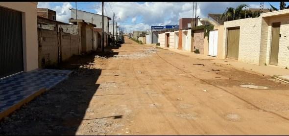 Moradores queixam de buraqueira na rua que dá acesso a Delegacia de Barra do Choça