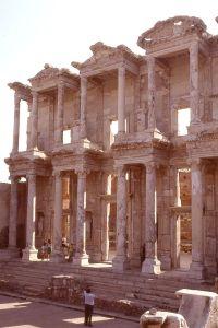 640px-Doppio_porticato_della_biblioteca_di_Celso_(Efeso_1991)