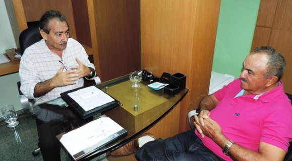 José Adécio recebe ex-prefeito de Coronel Ezequiel em seu gabinete
