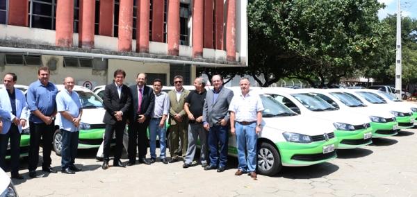 Governador entrega 22 carros novos a Emater