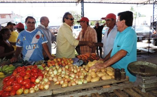 José Adécio visita feira livre de Pedro Avelino