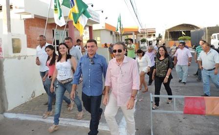 José Adécio ao lado do prefeito Júnior caminham pelas ruas de Carnaubais