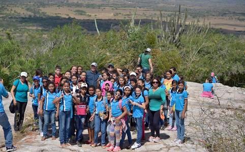 Alunos do 6º ano da Escola Antonio Gomes escalam serra do Torreão(Fotos: facebook)