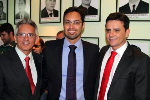 Júlio Nascimento (centro), nomeado tabelião do Primeiro Ofício de Jardim de Angicos (Foto: Folha do Mato Grande)