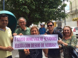 Manifestantes lembram de doações de empresas da Lava Jato à campanha de Fátima