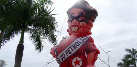 Boneca que satiriza a presidente Dilma tem 14 metros de altura e será exposta em Boa Viagem.