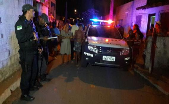 Polícia faz a guarda do local até a chegada da equipe do ITEP para remoção do corpo