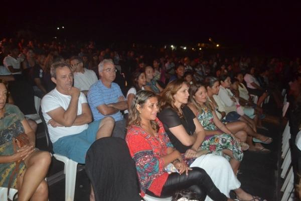 Autoridades apreciam exibições de cinema durante a programação