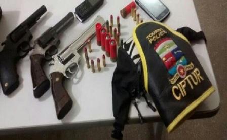 Armas e munições apreendidas pela PM (Foto: Sesed/assecom)