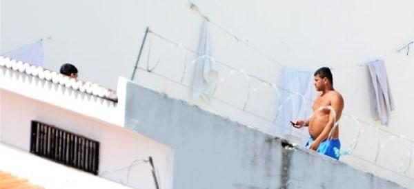 Preso é flagrado com celular na mão no presídio de LAcaçuz