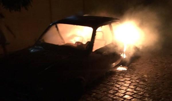 Veículo foi consumido pelas chamas