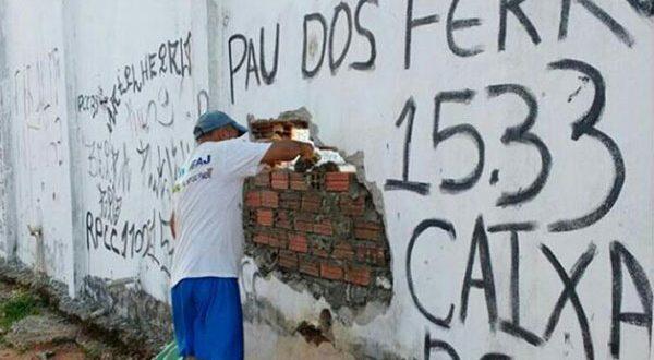 Muros da unidade foram danificados durante a rebelião iniciada no sábado, 14 (Foto: G1/RN).