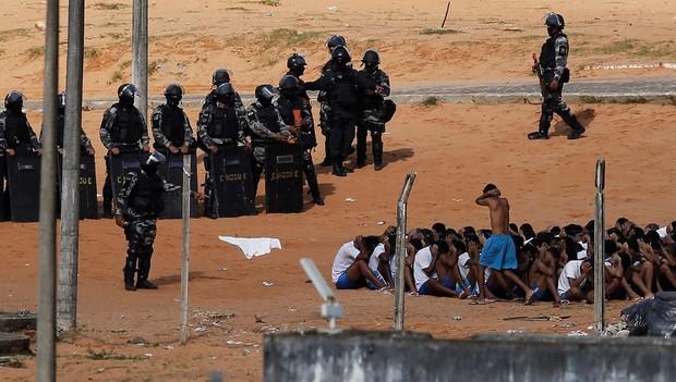 Policiais da Tropa de Choque fazem a contagem de presos na penitenciária de Alcaçuz, no Rio Grande do Norte (Foto: Nacho Doce/Reuters)
