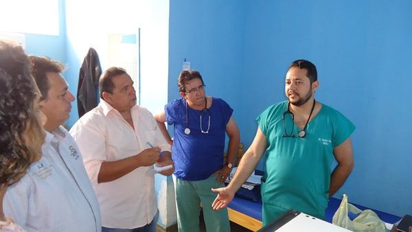 Prefeito e secretário ouvem relatos dos médicos e da direção