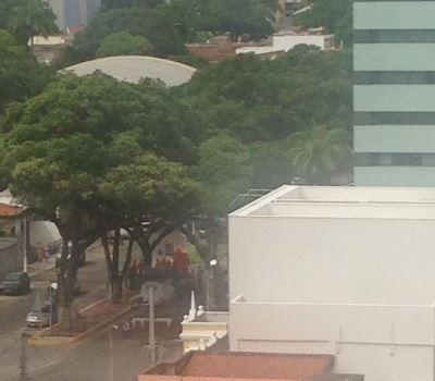 Manifestantes protestam em frente o apto de Rogério Marinho