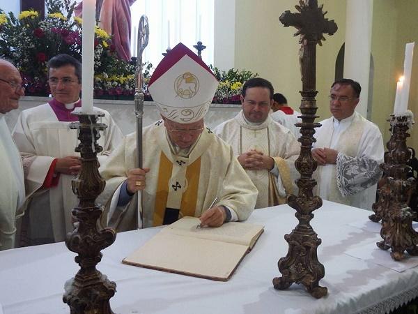 Arcebispo Dom Jaime Veira dá posse ao pe. Josino (Fotos: Paróquias de Nossa Senhora Mãe dos Homens)