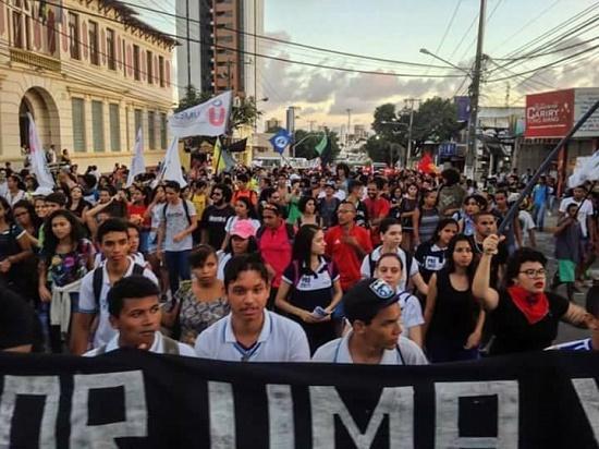 Estudantes fazem caminhada de protesto contra aumento da tarifa