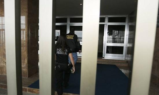 Policia Federal chega a casa da irma de Aecio Neves, Edificio Chopin, av. atlantica 2016 - Antonio Scorza / O Globo Leia mais: https://oglobo.globo.com/brasil/pf-prende-andrea-neves-irma-do-senador-aecio-neves-21356048#ixzz4hQlQ9lhH  stest