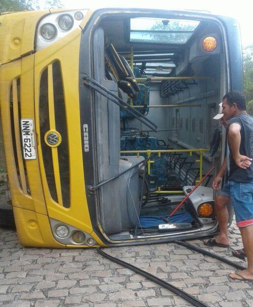 Resultado de imagem para imagens do onibus escolar de riachuelo rn tombado