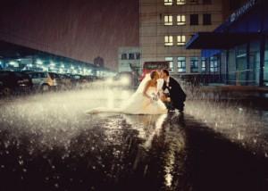 Fotos de novios bajo la lluvia