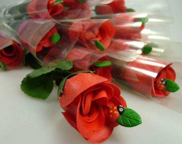 Alfileres clavados en rosas para regalar en bodas