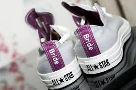 Novios con zapatillas en la boda