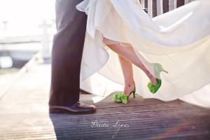Novia con zapatos verdes en su boda