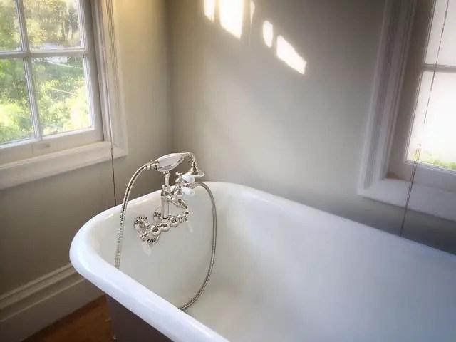 cada de baie asezata pe colt