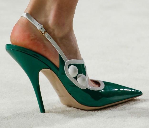 slingback-en-punta-de-color-verde-miu-miu