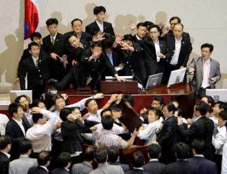 En Corea del Sur, los periodistas adhieren a paro por nueva ley de medios. Diputados, a los golpes.