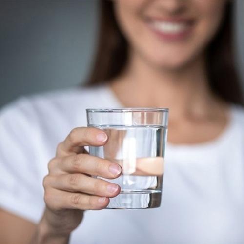 Uống nước trị môi khô nẻ