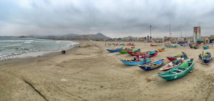 Botes y Playa en Cerro Azul, Lima