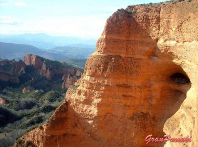 Vista de la cueva desde el Mirador de Orellan, en Las Médulas, el Bierzo, Leon.