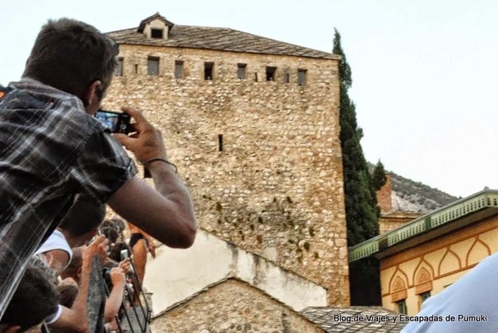 saltando desde el Puente Viejo de Mostar