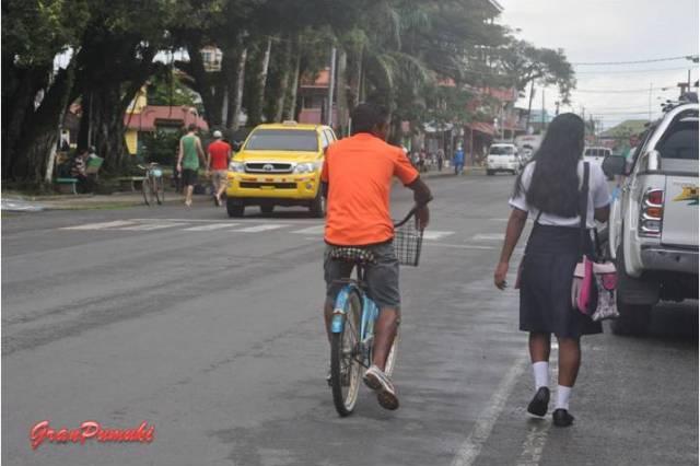La vida en Bocas del Toro en su calle principal. En Blog de Viajes, Bocas del Toro con niños
