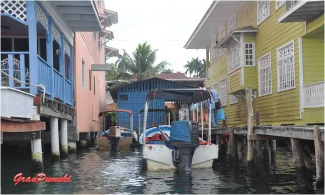 Casas de Bocas del Toro con pilones sobre el mar. En Blog de Viajes, Bocas del Toro con niños