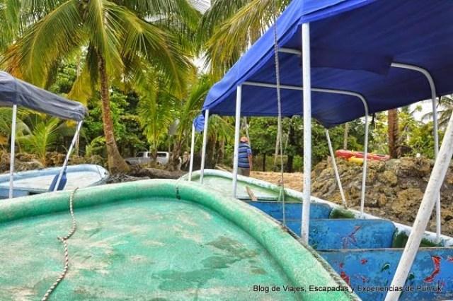 Barcas en Playa del Drago para ir a Playa Estrella, en Bocas del Toro, Panamá