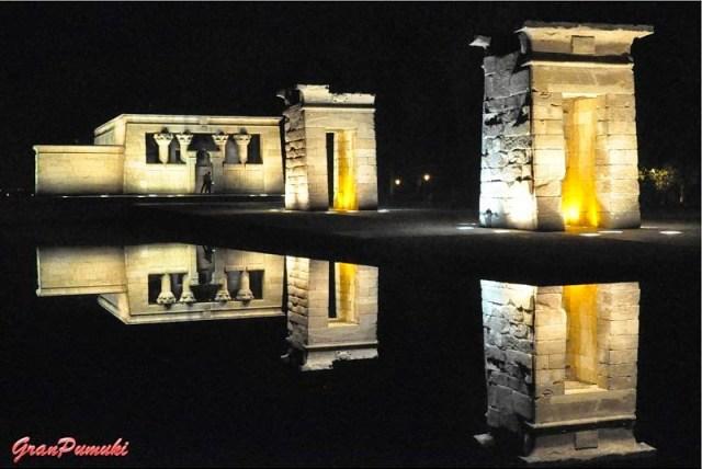 El Templo de Debod de noche se refleja en el Lago situado junto a él