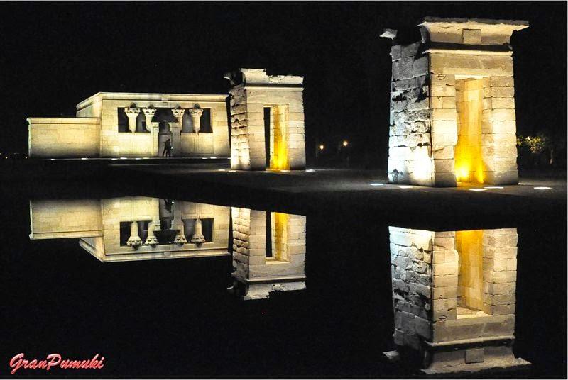 Templo debod de iluminado noche