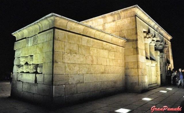 Fachada iluminadda del Templo de Debod, Madrid