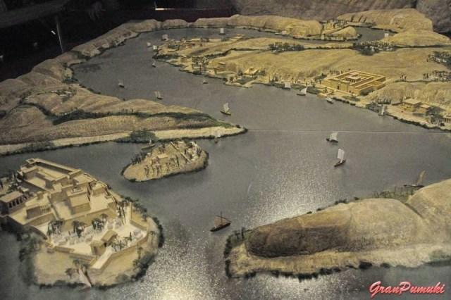 Maqueta del Nilo en el Templo de Debod de Madrid. Al fondo Abu Simbel