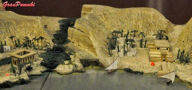 Maqueta del Nilo en el Templo de Debod en Madrid. A la derecha Templo de Debod