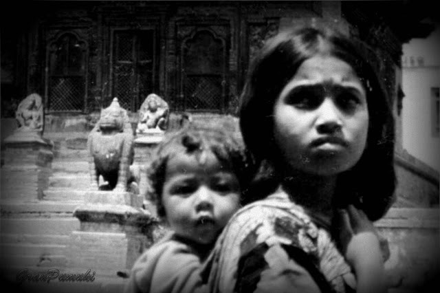 La pobreza y la tristeza en la cara de esta niña con hermano a la espalda. Nepal 1997, Viaje en Blanco y Negro. En Blog de Viajes.