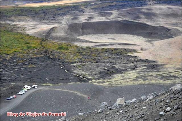 Cráteres y terreno volcánico visto desde lo alto del volcán Hverfjall, cerca de Mývatn en Islandia