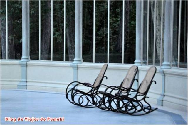 Con el Palacio de Cristal del Parque del Retiro de Madrid casi vacio el espacio invita al relax y la reflexion. Las amacas instaladas ayudan.